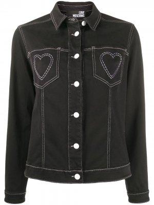 Джинсовая куртка с вышивкой Love Moschino. Цвет: черный