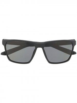 Солнцезащитные очки Maverick в квадратной оправе Nike. Цвет: черный
