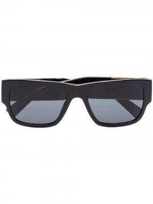 Солнцезащитные очки в прямоугольной оправе Versace Eyewear. Цвет: черный