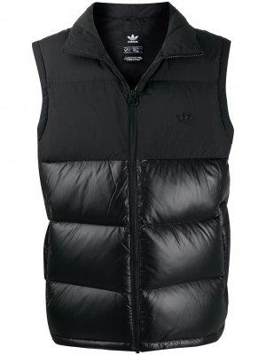 Дутый жилет с нашивкой-логотипом adidas. Цвет: черный