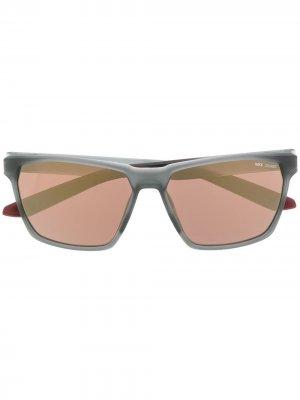 Солнцезащитные очки Maverick в квадратной оправе Nike. Цвет: серый