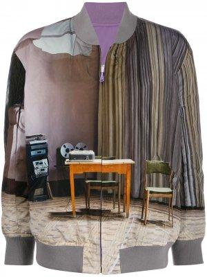 Двусторонняя куртка-бомбер с графичным принтом Undercover. Цвет: серый