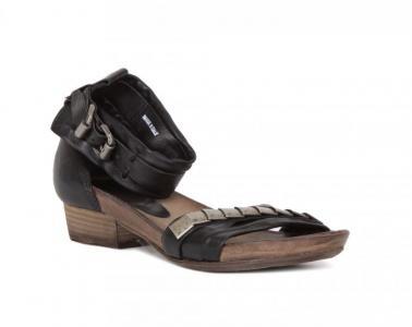 Черные кожаные сандалии с металлическим декором от Air Step