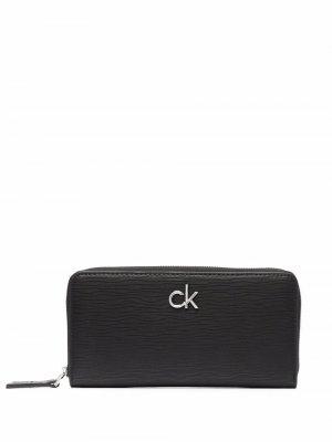 Кошелек на молнии с логотипом Calvin Klein. Цвет: черный