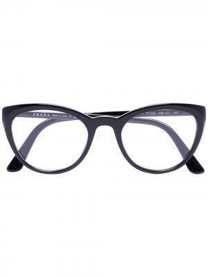 Очки в оправе кошачий глаз Prada Eyewear. Цвет: черный