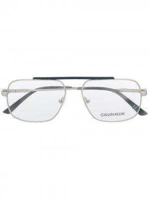 Очки CK18106045 в квадратной оправе Calvin Klein. Цвет: серебристый
