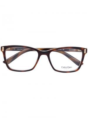 Очки в оправе прямоугольной формы Calvin Klein. Цвет: коричневый
