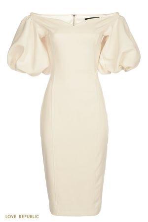 Белое платье-футляр с глубоким декольте и открытыми плечами LOVE REPUBLIC