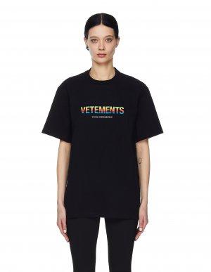 Черная футболка с радужным логотипом Vetements