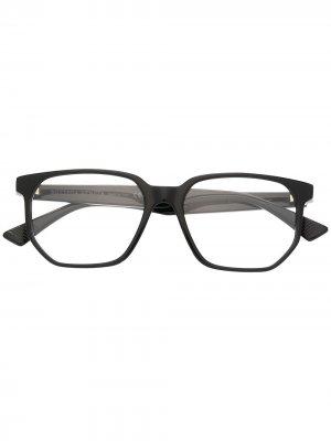 Массивные очки в D-образной оправе Bottega Veneta Eyewear. Цвет: черный