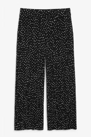 Плиссированные брюки-капри Monki. Цвет: черный, белый, разноцветный