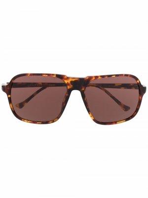 Солнцезащитные очки в массивной оправе черепаховой расцветки Linda Farrow. Цвет: коричневый