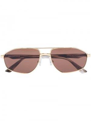 Затемненные солнцезащитные очки в круглой оправе Balenciaga Eyewear. Цвет: коричневый