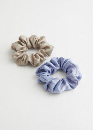 Набор из двух резинок для волос &Other Stories. Цвет: бежевый, пурпурный