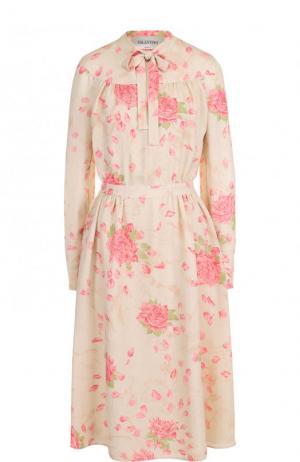 Шелковое платье-миди с цветочным принтом и воротником аскот Valentino. Цвет: бежевый