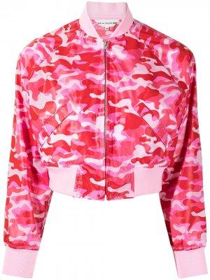 Укороченный бомбер с камуфляжным принтом Comme Des Garçons Girl. Цвет: розовый