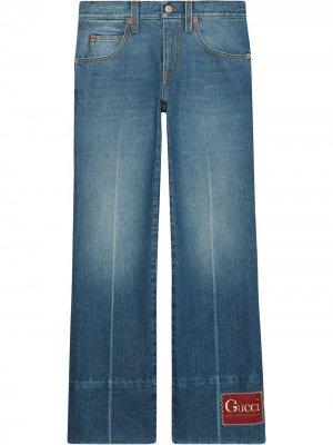 Расклешенные джинсы с нашивкой-логотипом Gucci. Цвет: синий