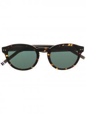 Солнцезащитные очки в круглой оправе черепаховой расцветки Tommy Hilfiger. Цвет: коричневый