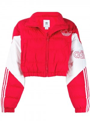 Укороченный пуховик adidas. Цвет: красный