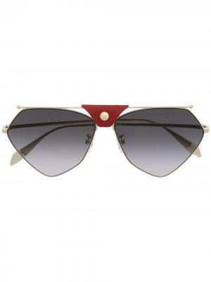 Солнцезащитные очки с декоративной кнопкой Alexander McQueen Eyewear. Цвет: золотистый