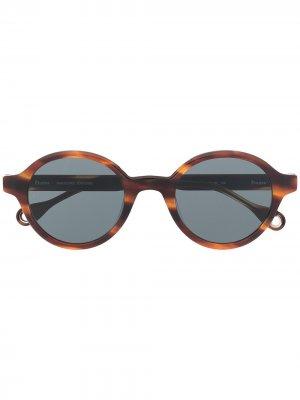 Солнцезащитные очки Baka Yoko в круглой оправе Etudes. Цвет: коричневый