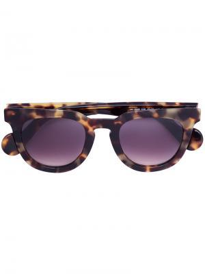 Солнцезащитные очки в круглой оправе Moncler. Цвет: коричневый