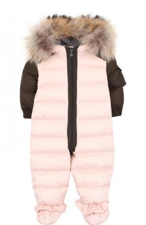 Пуховый комбинезон с пинетками и меховой отделкой на капюшоне Moncler Enfant. Цвет: розовый