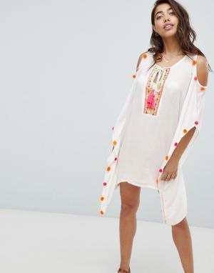 Пляжное платье с вырезами на плечах и неоновыми помпонами Anmol. Цвет: белый
