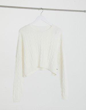 Белый джемпер с узором «косичка» круглой горловиной Hollister