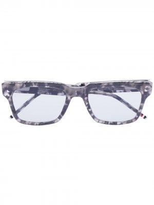 Солнцезащитные очки черепаховой расцветки Thom Browne. Цвет: серый