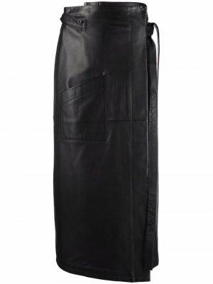 Кожаная юбка с завышенной талией и запахом MM6 Maison Margiela. Цвет: черный