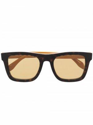Солнцезащитные очки в оправе черепаховой расцветки Alexander McQueen Eyewear. Цвет: коричневый