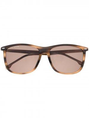 Солнцезащитные очки черепаховой расцветки BOSS. Цвет: коричневый