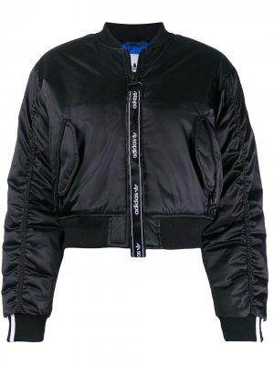 Укороченная куртка-бомбер adidas. Цвет: черный