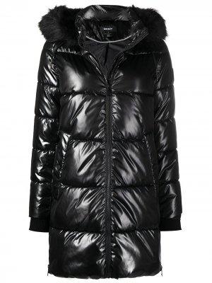 Пуховик с капюшоном DKNY. Цвет: черный