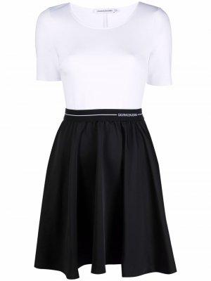 Платье в двух тонах Calvin Klein Jeans. Цвет: белый