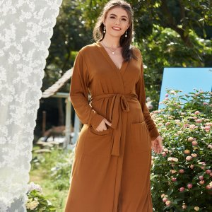 Ночная рубашка большого размера с двумя карманами и поясом SHEIN. Цвет: коричневые