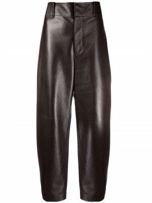 Зауженные кожаные брюки Bottega Veneta. Цвет: коричневый