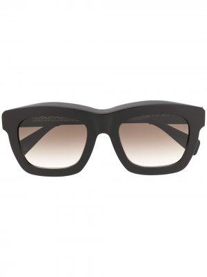 Массивные солнцезащитные очки Kuboraum. Цвет: черный