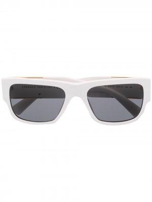 Солнцезащитные очки в квадратной оправе Versace Eyewear. Цвет: белый