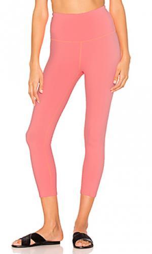 Леггинсы капри с высоким поясом Beyond Yoga. Цвет: розовый