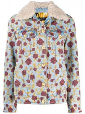 Джинсовая куртка с узором Versace. Цвет: синий