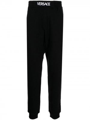 Спортивные брюки с логотипом Versace. Цвет: черный