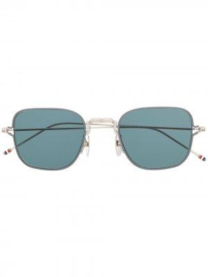Солнцезащитные очки в узкой квадратной оправе Thom Browne Eyewear. Цвет: серебристый