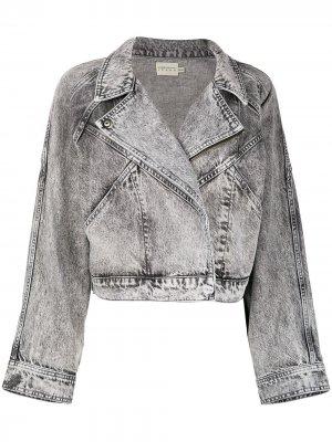 Укороченная джинсовая куртка Alice+Olivia. Цвет: серый