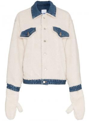 Джинсовая куртка с овчиной SJYP. Цвет: белый