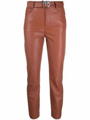 Укороченные брюки из искусственной кожи Pinko. Цвет: коричневый