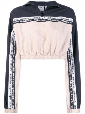 Укороченная куртка adidas. Цвет: нейтральные цвета