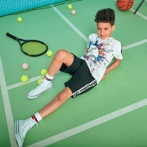 Футболка с теннисным принтом и шорты текстовым для мальчиков SHEIN. Цвет: черный и белый