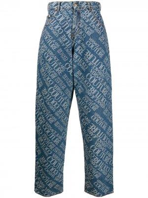 Джинсы широкого кроя с логотипом Versace Jeans Couture. Цвет: синий